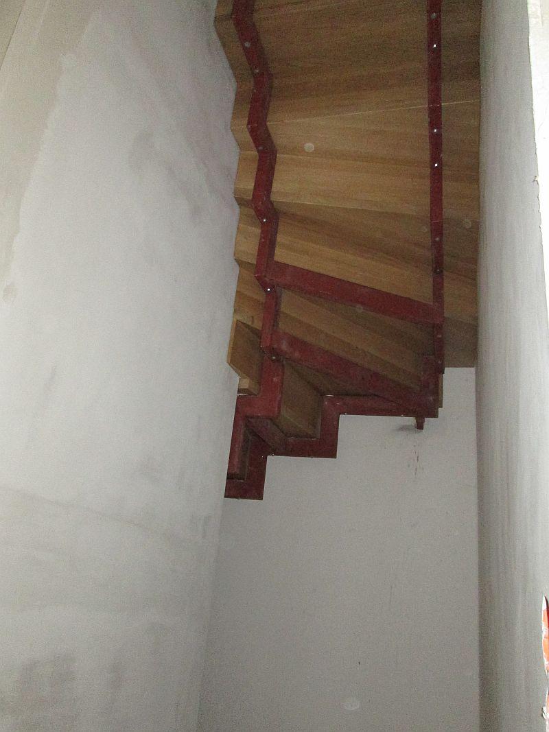 Zweiholmtreppe mit Tritt- und Setzstufe aus Eicheleimholz, Ansicht von unten