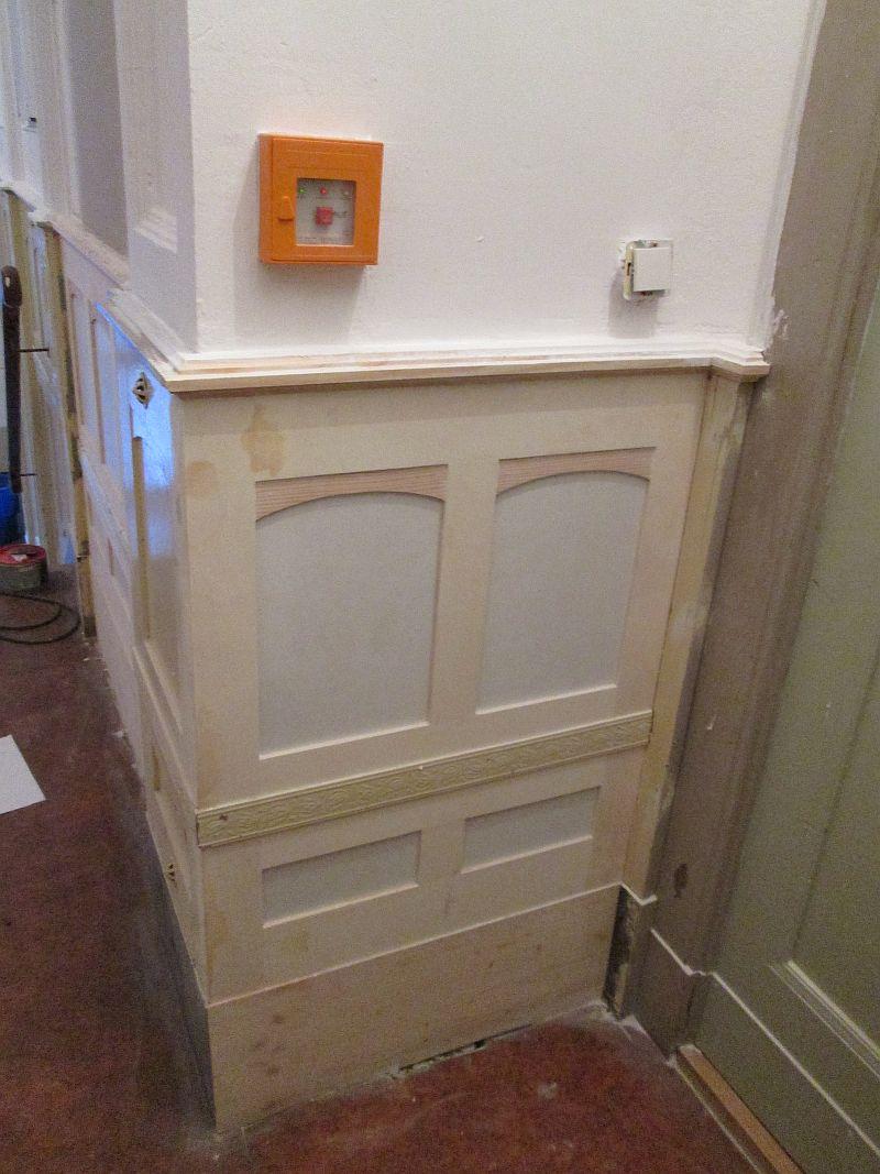 Erneuerung der Holzverkleidung im Treppenhaus