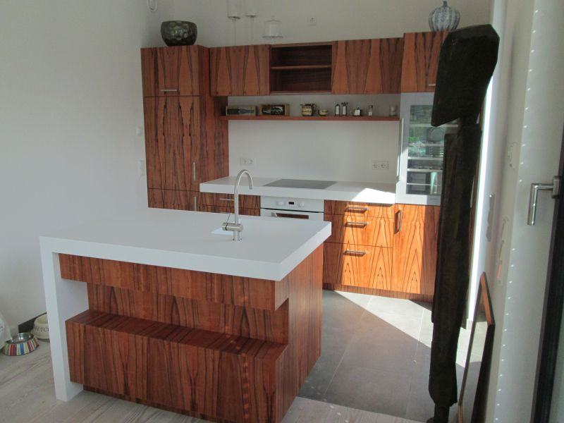 Küche, indischer Apfel und Mineralwerkstoffarbeitsplatte
